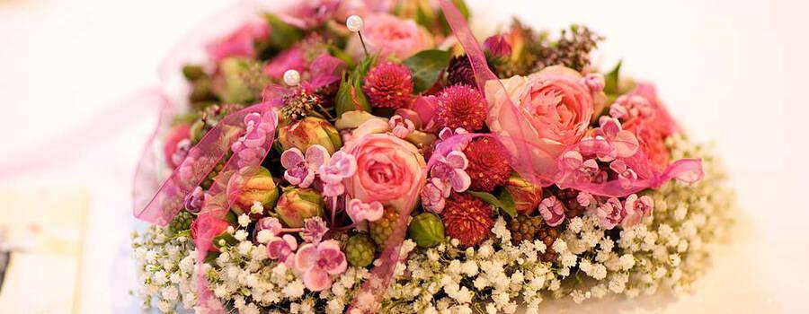 Beispiel: Blumenschmuck in Herzform, Foto: Sarah Marx Eventfloristik.