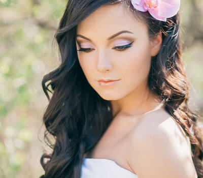 loose hair with a fresh flower and eyeliner neutral make up