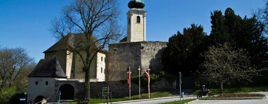 Beispiel: Ansicht vom Parkplatz, Foto: Schloss Gloggnitz.