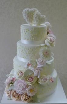 Herrliche Hochzeitstorte mit pastellfarbenen Rosen, Pfingstrosen, Blätter etc. Stukatur in Ivory. Foto:Bruggers My Weddingcake.ch