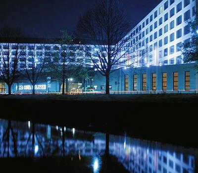 Beispiel: Außenansicht bei Nacht, Foto: Grand Hotel Esplanade Berlin.