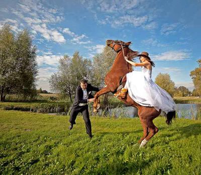 Panna Młoda na koniu