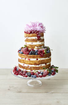 Naked Cake mit frischer Beeren Dekoration