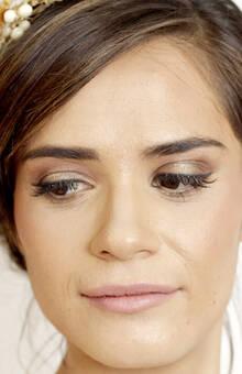 Novia Radiante Maquillaje tradicional en tonos cafés para día Peinado recogido.