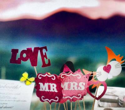 Photobooth di Alessandro Zingone - Reporter di matrimonio: servizi fotografici e cabina photobooth. Alcuni props stile americano sullo sfondo del lago d' Orta.
