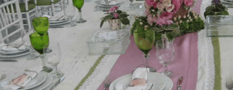 Decoración de mesas de boda con mantelería fina, caminos de mesa. Foto: Braiolés