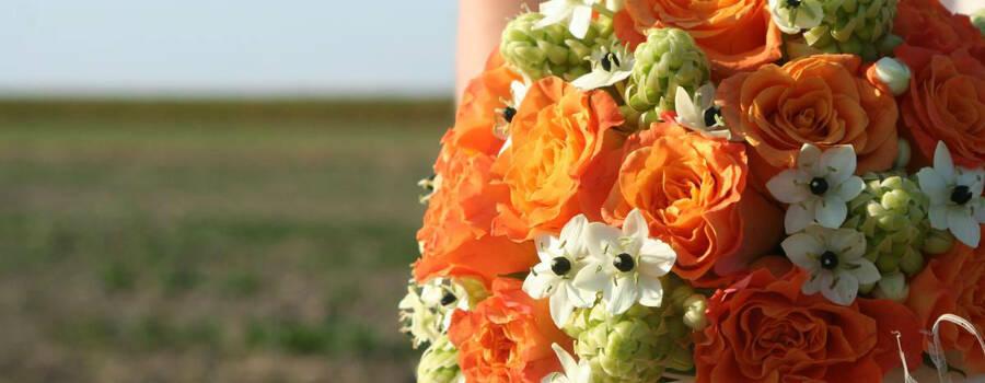 Bukiet ślubny: kwiaty białe i pomarańczowe