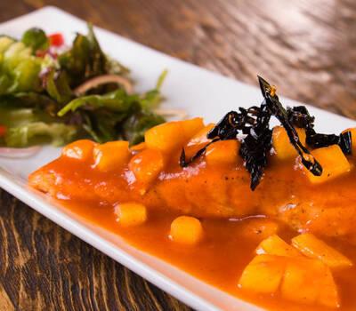 Salmón glaseado con fruta de temporada y chile ancho