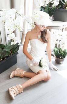 Zapatillas con taco en color nude, perfectas para sentirte cómoda y verte estilizada. Baila toda la noche con estas femeninas zapatillas.
