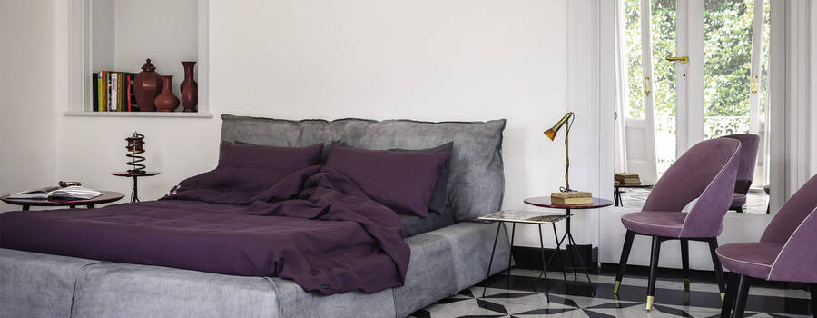Paris is a modern double bed, with clean and essential lines. The attention to detail and the high quality of its materials make it a unique piece of furniture. The leather upholstery is finished with a wire stitching.