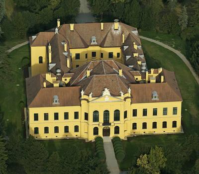 Beispiel: Außenansicht des Schlosses, Foto: Jagdschloss Eckartsau.