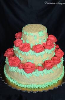 Покрытие из глянцевого шоколада и розы из взбитых сливок