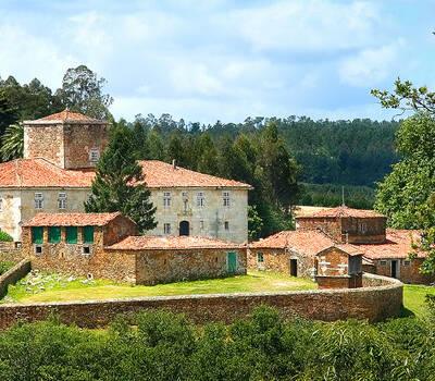 El Pazo de Villar de Francos inmerso en el paisaje de Bergantiños