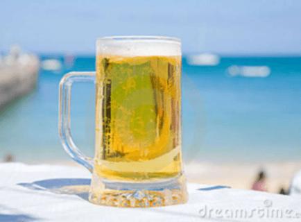 Cervejas com vista para o mar