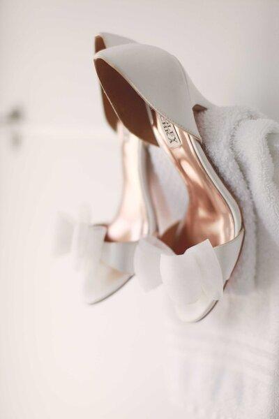 Scarpe da sposa Badgley Mischka in color bianco con fiocco