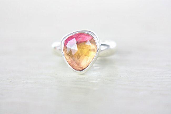 Anillo de compromiso poco convencional hecho a mano con plata, gemas en color melón y turmalina - Foto Etsy