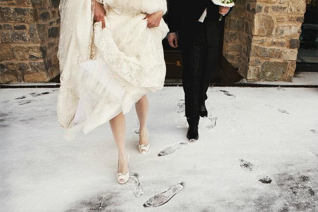 Weiß ist die Farbe der Bräute. Ein Schnee-Tag dient als perfekte Kulisse für eine Winterhochzeit. Foto: Kirsche Waves