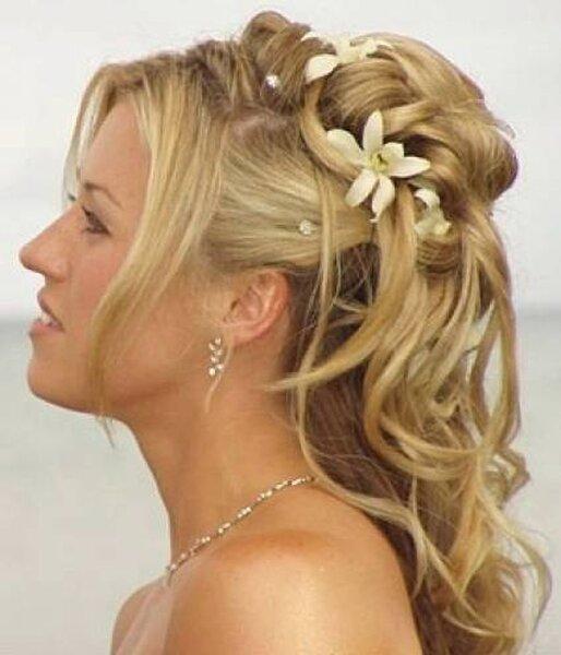 Penteado para noivas românticas, com flores. Foto: Marchesposi