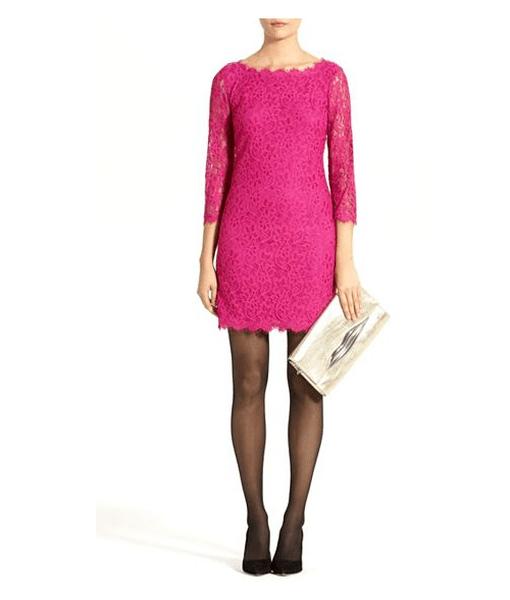 Vestido en color rosa para San Valentín con detalles de encaje y mangas tres cuartos acompañado de medias y zapatos en color negro
