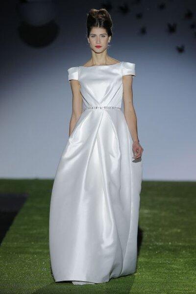 Vestido de novia 2014 con cuello extendido estilo marinero, mangas cortas, cinto con pedrería y falda de caída elegante