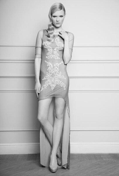 Krótka suknia ślubna projektu Macieja Zienia na rok 2012