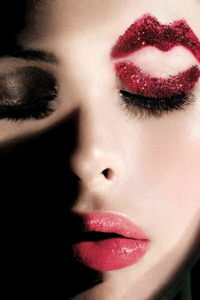 Beauty look de Maybelline New York para photshoot 2012, com lábios vermelho morango.