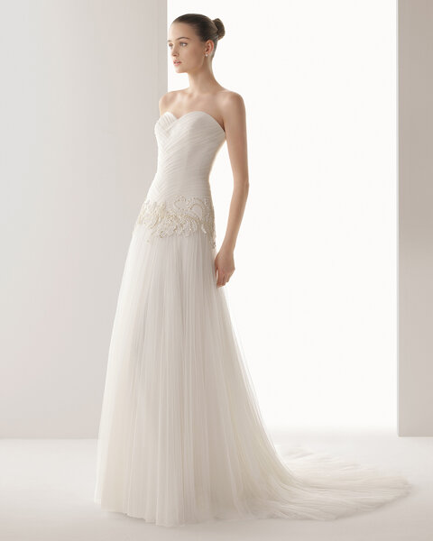Suknia ślubna z odkrytymi ramionami i trenem, Foto: Rosa Clará 2015