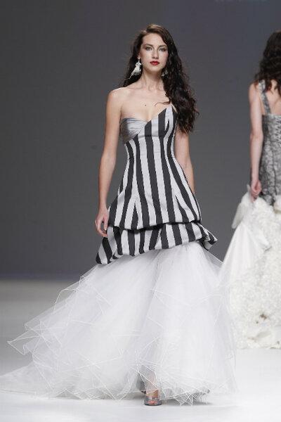 Vestidos de novia con detalles en negro 2013