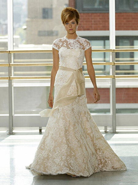Vestido de novia con encaje en color crema
