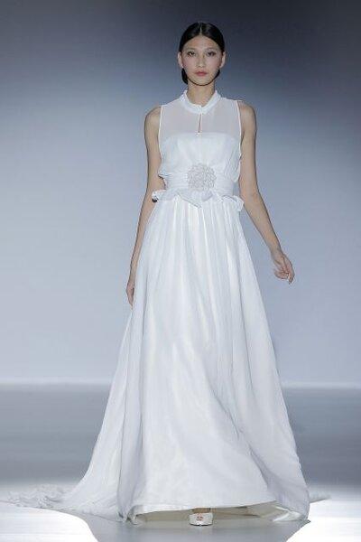 Vestido de novia 2014 en color blanco con cuello cerrado sin mangas, escote ilusión, detalle de flor al frente y falda de caída elegante