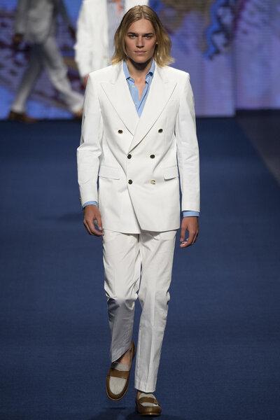 Traje de chaqueta blanco con botonadura doble.