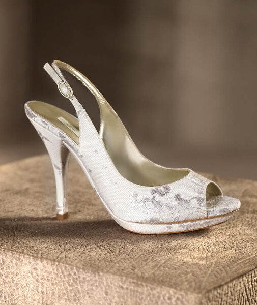 Zapato para novia en color blanco modelo Miranda estilo sandalia con estampado