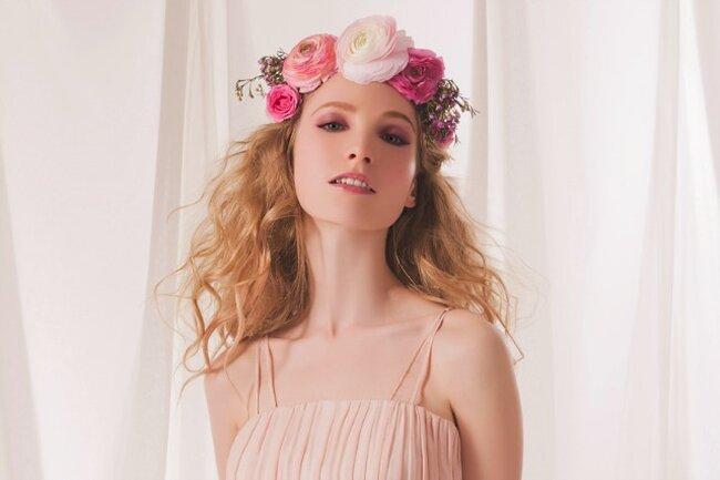 Vestido en tonos nude y tocado floral.
