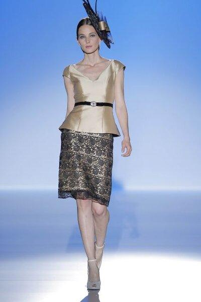 Conjunto para invitada de boa de blusa en color dorado con escote en v y cinturón delgado en color negro y falda con bordados calados en tono negro