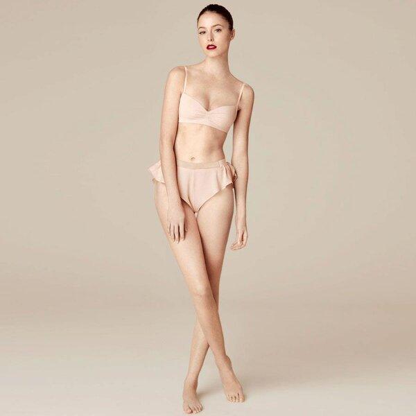 Conjunto de ropa interior bra y culotte en color nude para agregar en tu mesa de regalos Zankyou para San Valentín