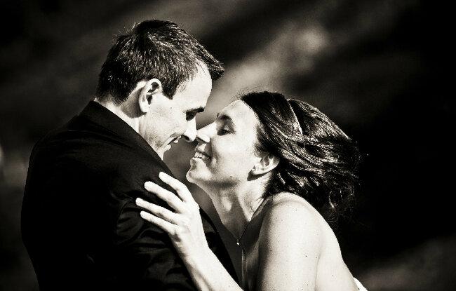 Ein romantischer Moment: Der Augenblick kurz vor dem Kuss. Foto: E&S