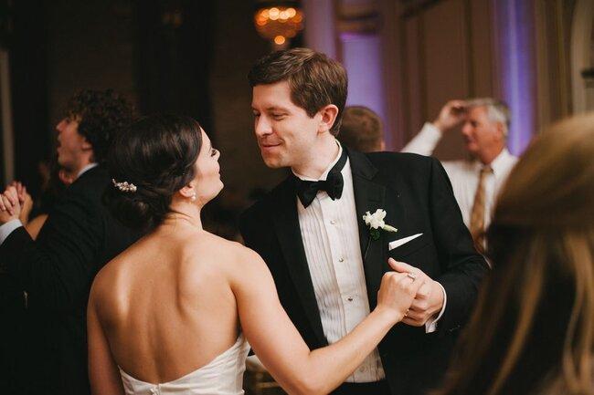 Boutonniere originali per lo sposo. Foto: Alexandra Roberts