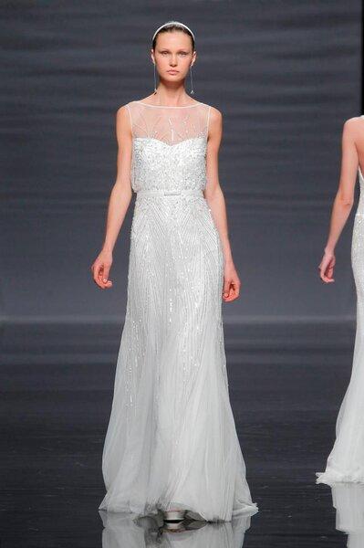 Vestido de novia 2014 en color blanco sin mangas, con escote ilusión y falda con caída elegante