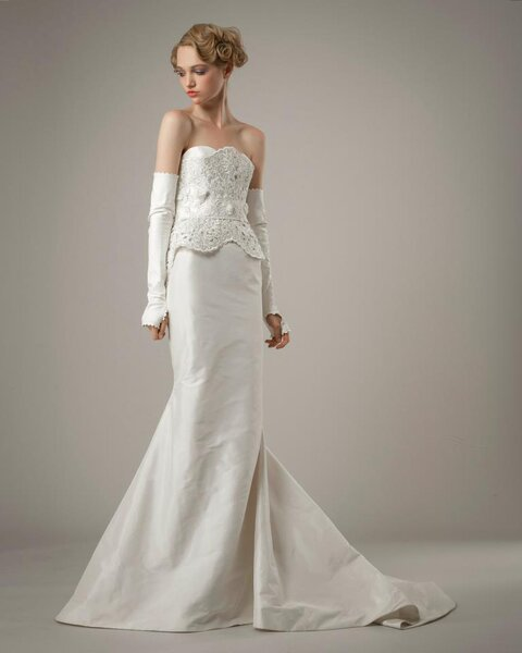 Vestido de novia 2014 color blanco corte sirena con escote strapless recto, silueta peplum y detalles en relieve en el corpiño