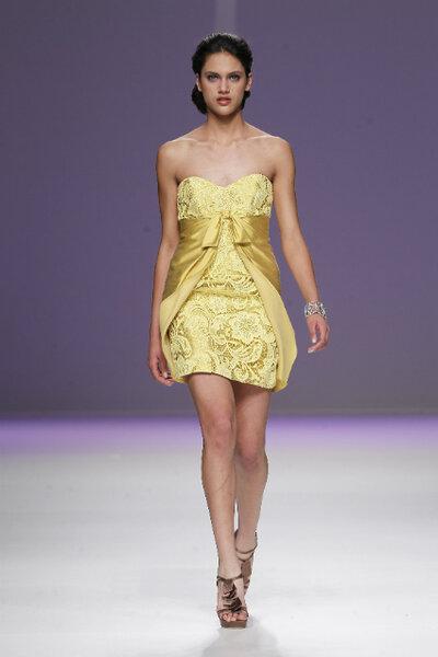 Krótka sukienka z kolekcji Ana Torres 2013
