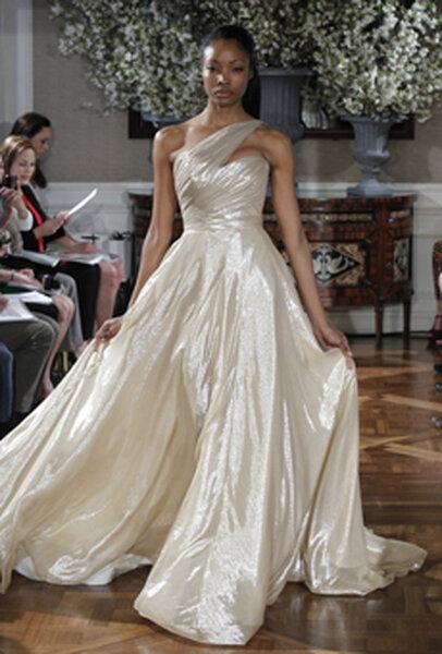 Suknia ślubna z kolekcji na 2013 rok, projekt: ROMONA KEVEZA 2013