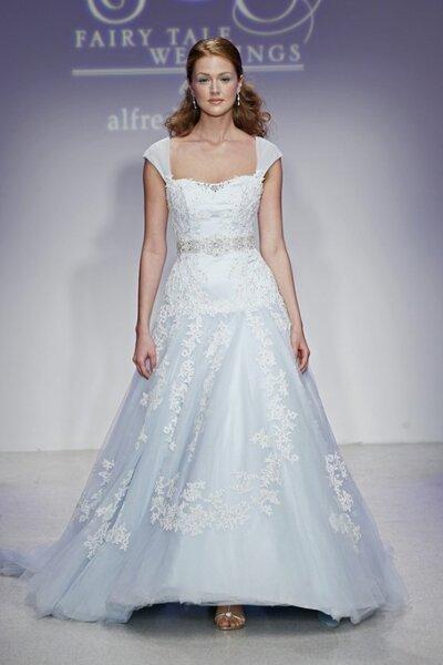 Vestido de novia largo en color azul con detalles de encaje