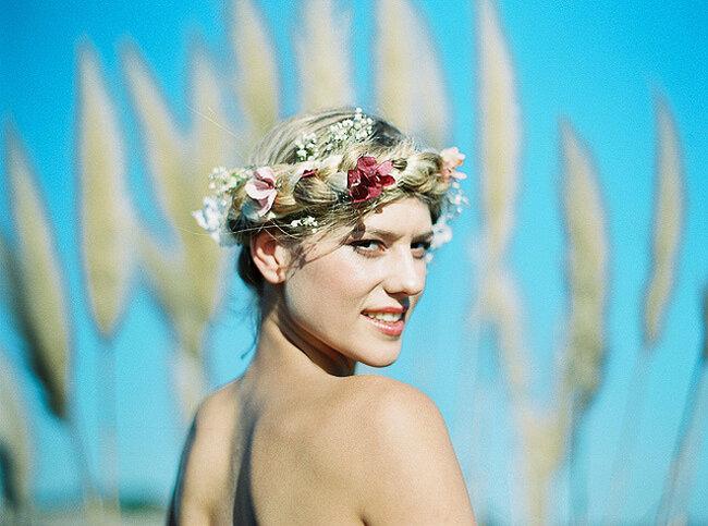 Flores trenzadas al cabello a modo de corona de flores: un must de las novias actuales. Foto: Joaquín Tocornal