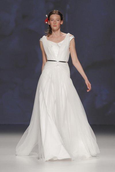 Brautkleid mit zartem Taillen-Gürtel als Detail – Foto: Victorio & Lucchino