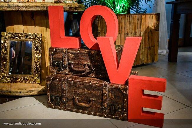 """Malas contornando o escrito de """"Love""""."""