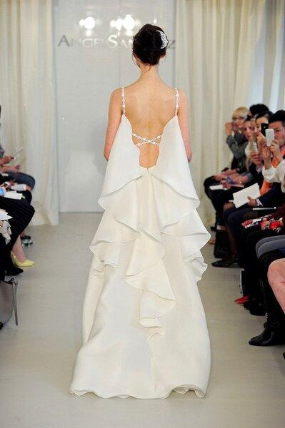 Vestido de novia con escote en la espalda - Foto Ángel Sánchez