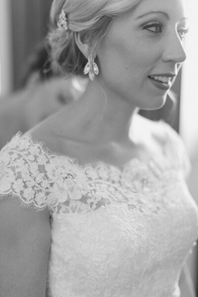 El escote barco u ojal es perfecto para una boda clásica - Foto Ruth Eileen
