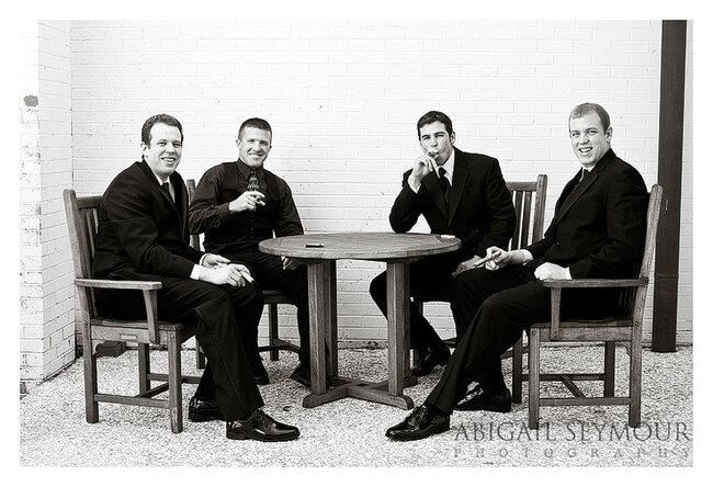Ideias originais de fotos dos noivos com os padrinhos. Foto: Abigail Seymour