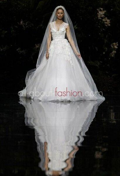 Suknia ślubna projektu Elie Saab dla Pronovias 2013