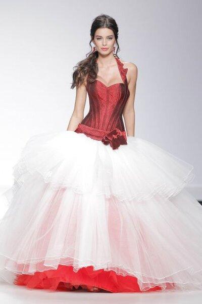 Vestido de novia 2014 con escote halter, top en color rojo intenso y falda amplia en tul